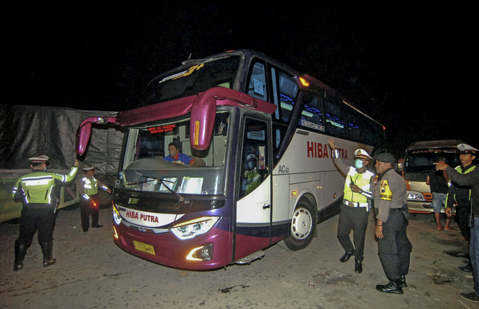 Police raid a bus during intensive security check to prevent any threats ahead of 2019 general elections announcement in Pantura, Maribaya, Tegal Regency, Central Java, on Sunday (19/05) (Antara Photo/Oky Lukmansyah)