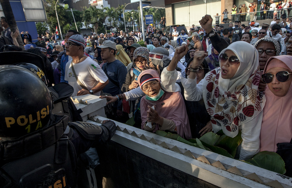 Old ladies shout to police officers during the protest in front of Elections Supervisory Agency (Bawaslu) headquarters in Jalan Thamrin, Central Jakarta on Tuesday (21/05) The rally is participated not only by men but also women and children (JG Photo/Yudha Baskoro)