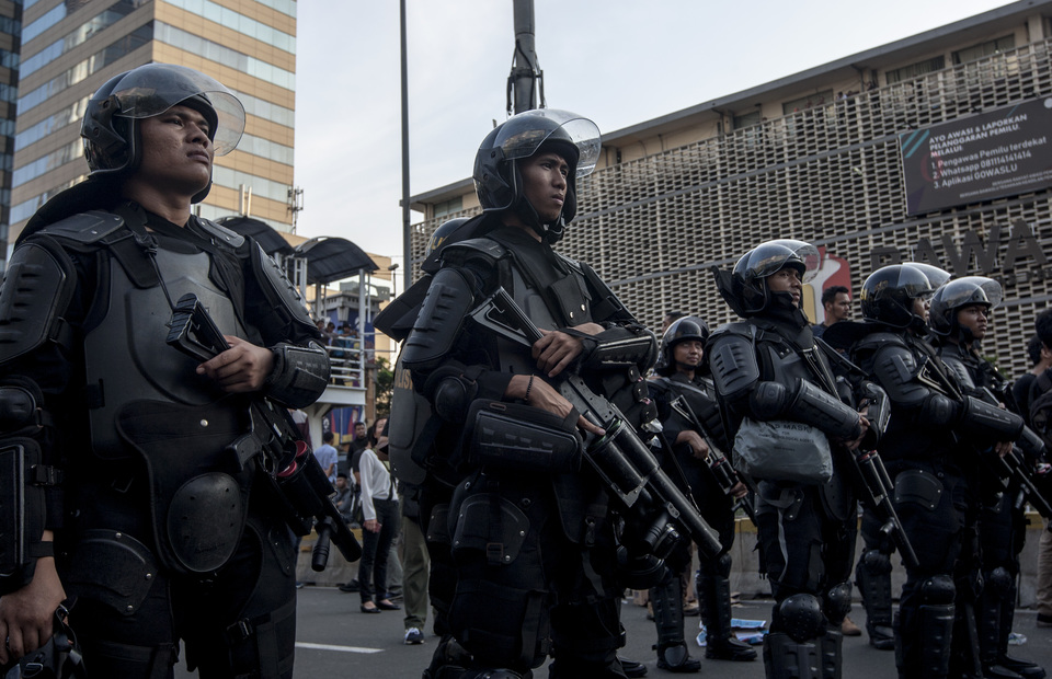 Police officers stand on guard in front of Elections Supervisory Agency (Bawaslu) headquarters in Jalan Thamrin, Central Jakarta since Tuesday morning (JG Photo/Yudha Baskoro)
