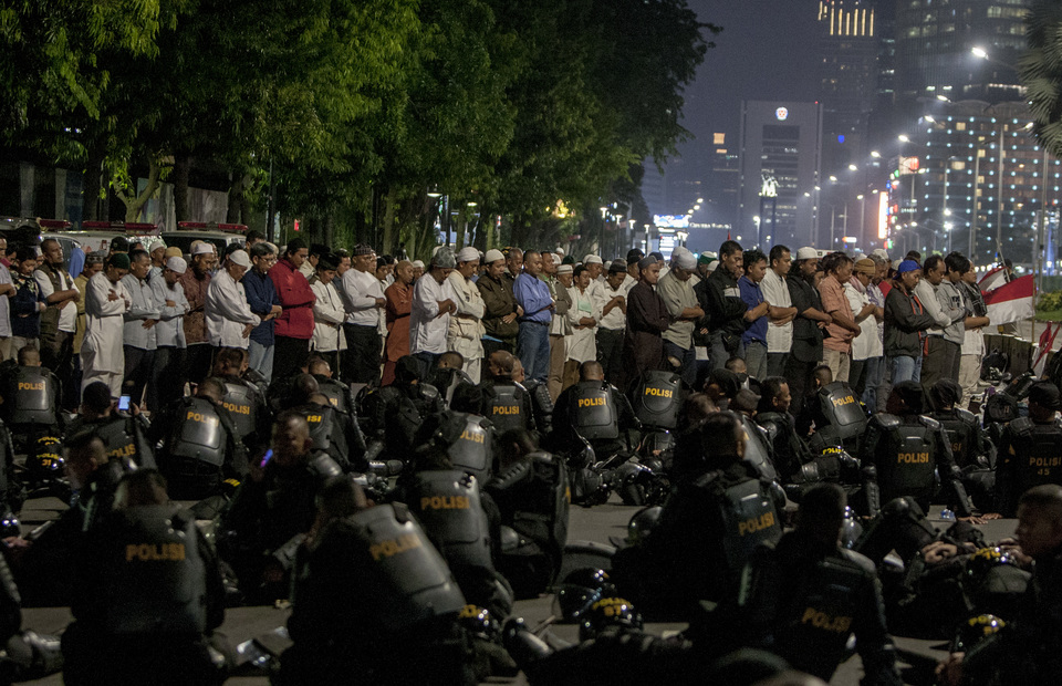 Protesters perform tarawih prayers together during the rally in front of Elections Supervisory Agency (Bawaslu) headquarters in Jalan Thamrin, Central Jakarta on Tuesday (21/05) (JG Photo/Yudha Baskoro)