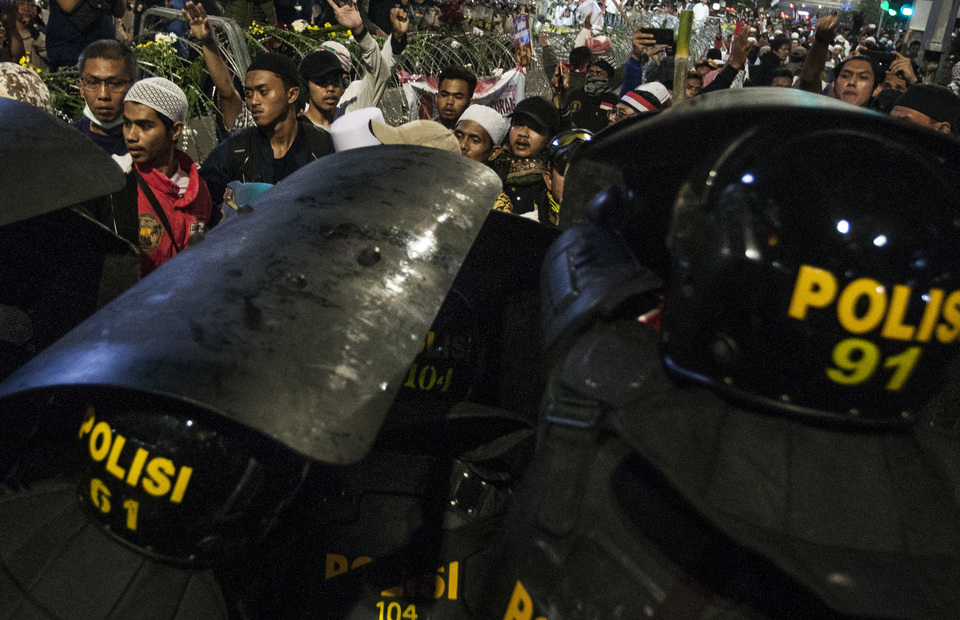 Protesters clash with police officers during May 21 rally in front of Elections Supervisory Agency (Bawaslu) headquarters in Jalan Thamrin, Central Jakarta on Tuesday (21/05) (JG Photo/Yudha Baskoro)