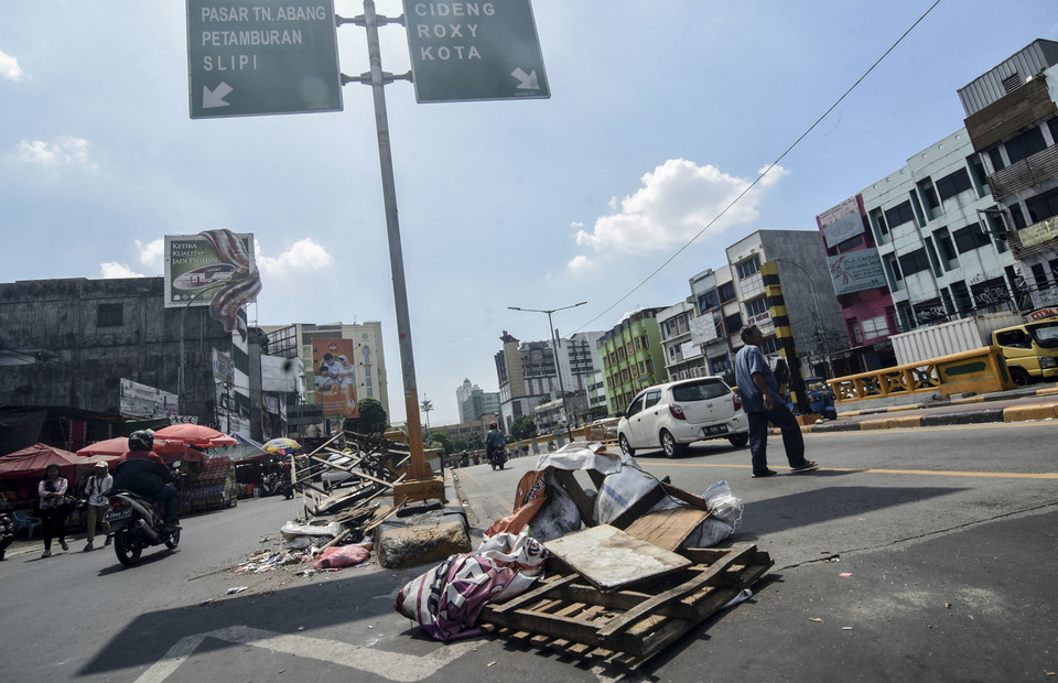 People walks in post riot location in Tanah Abang area on Central Jakarta on Thursday (23/05) The old traditional market has temporarily closed following riots that broke on Wednesday morning (Antara Photo/Indrianto Eko Suwarso)