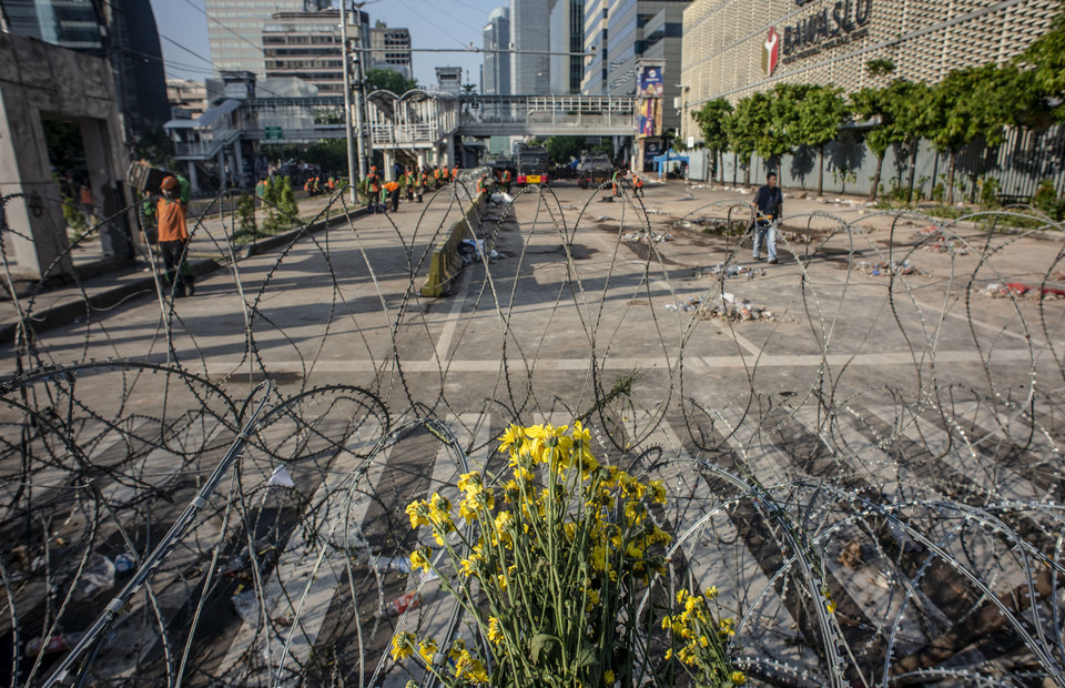 Officers carried out activities at the post riots site on Jalan MH Thamrin, Jakarta, Thursday (05/23/2019). (Antara Photo/Aprillio Akbar)