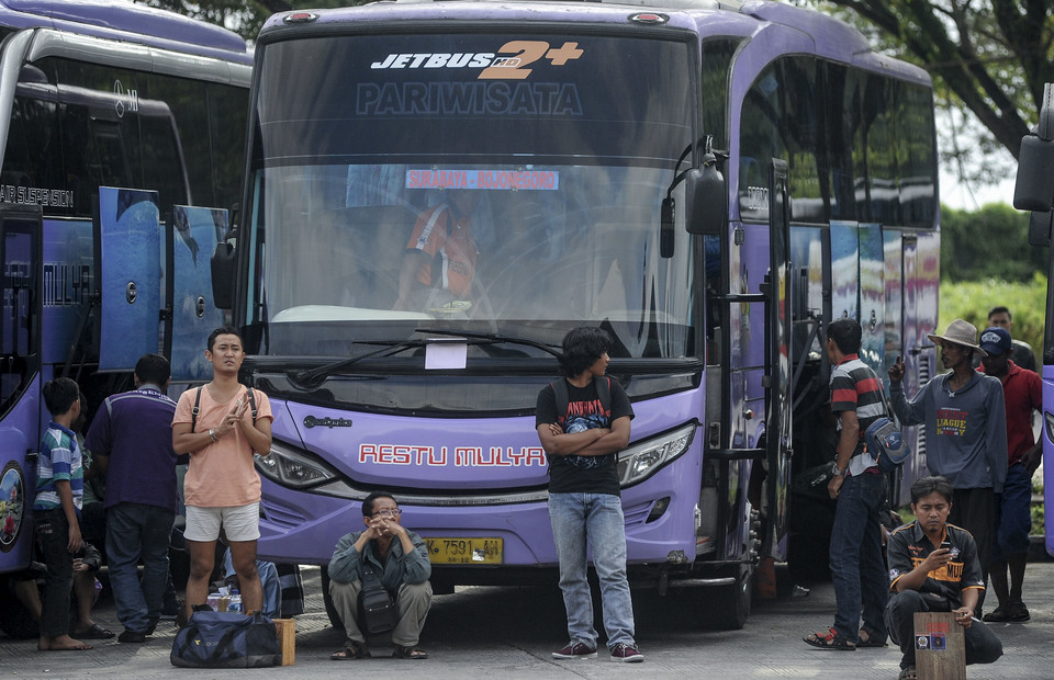 Bus passengers are waiting for their bus to depart from Mengwi Type A Terminal, Badung, Bali on Sunday (26/05). (Antara Photo/Fikri Yusuf)