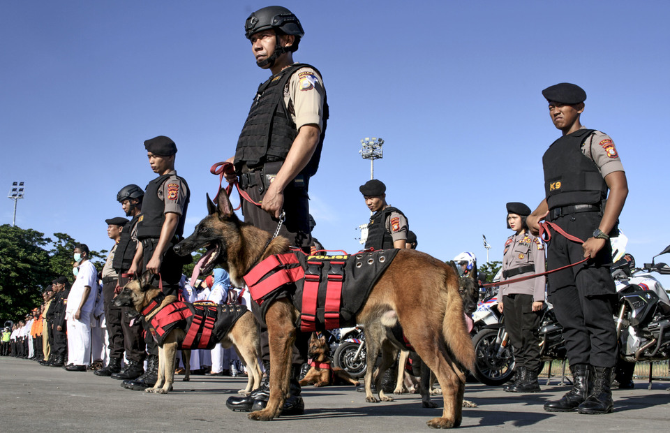 Brigade Mobile Corps officers armed with detection dog attend Ketupat Operation ceremony in Karebosi townsquare, Makassar, South Sulawesi on Tuesday (28/05) (Antara Photo/Arnas Padda)