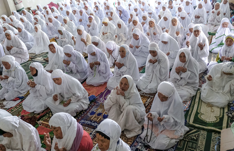 Women santri pray together after the Dhuzur prayer at the Great Payaman Grand Mosque in Magelang, Central Java. (Antara Photo/Anis Efizudin)