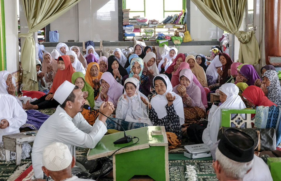 Every evening santri attend a fiqh lectures and tausiyah Ramadan after Ashar prayer in Sepuh Islamic Boarding School Complex at Payaman, Magelang, Central Java. (Antara Photo/Anis Efizudin)