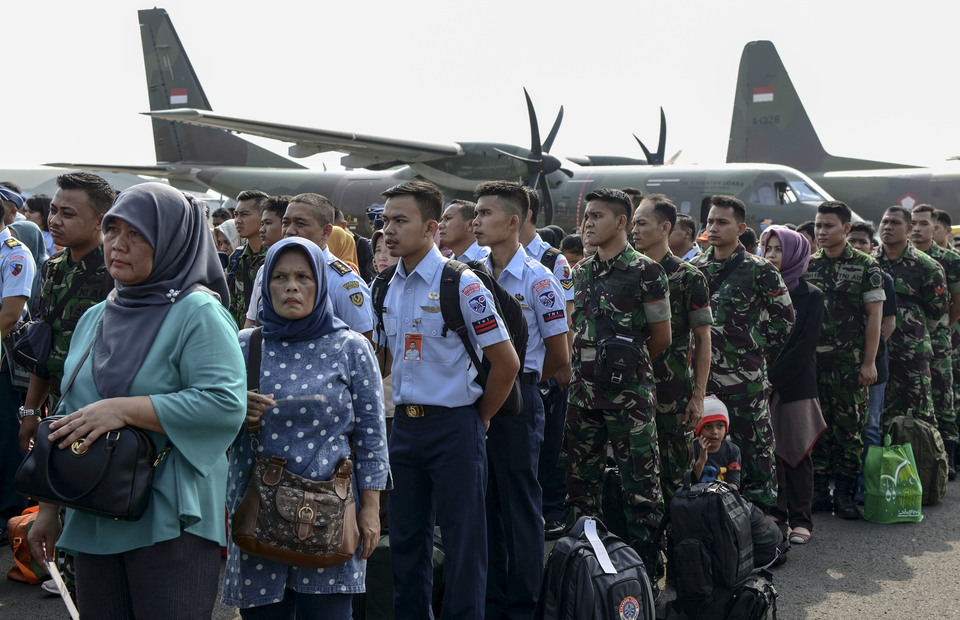 TNI soldiers and their families gather at Halim Perdanakusuma Airport, East Jakarta on Saturday (01/06). Indonesian Air Force held free mudik programs for civil servants and families who will go to their hometown in Java and outside Java. (Antara Photo / M Risyal Hidayat)