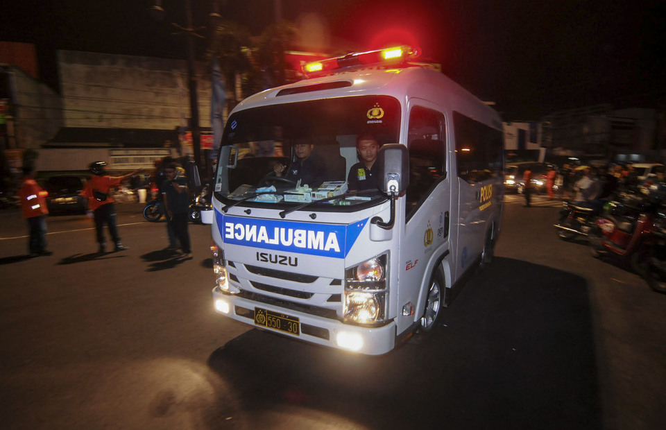 Ambulance arrives in bombing site to bring the only victims and suspected bomber to the hospital nearby in Sukoharjo, Central Java on Tuesday (04/06) (Antara Photo/Aloysius Jarot Nugroho)