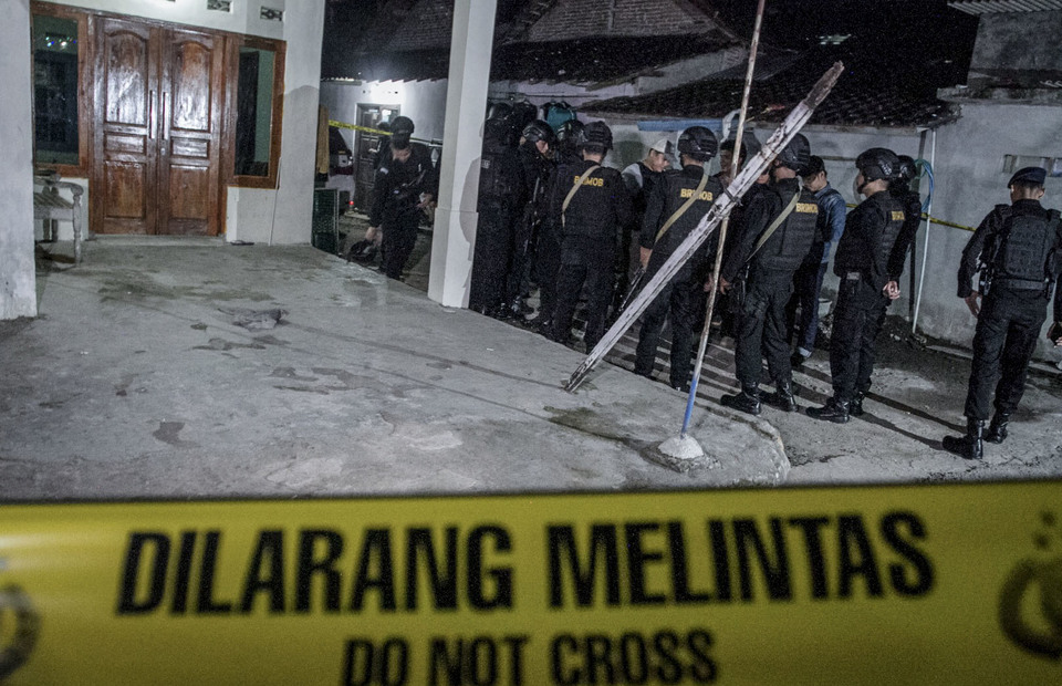 The police installed a police line during the investigation at home of suicide bombing suspect in Kranggan, Wirogunan, Kartasura, Sukoharjo, Central Java on Tuesday (04/06) (Antara Photo/Mohammad Ayudha)