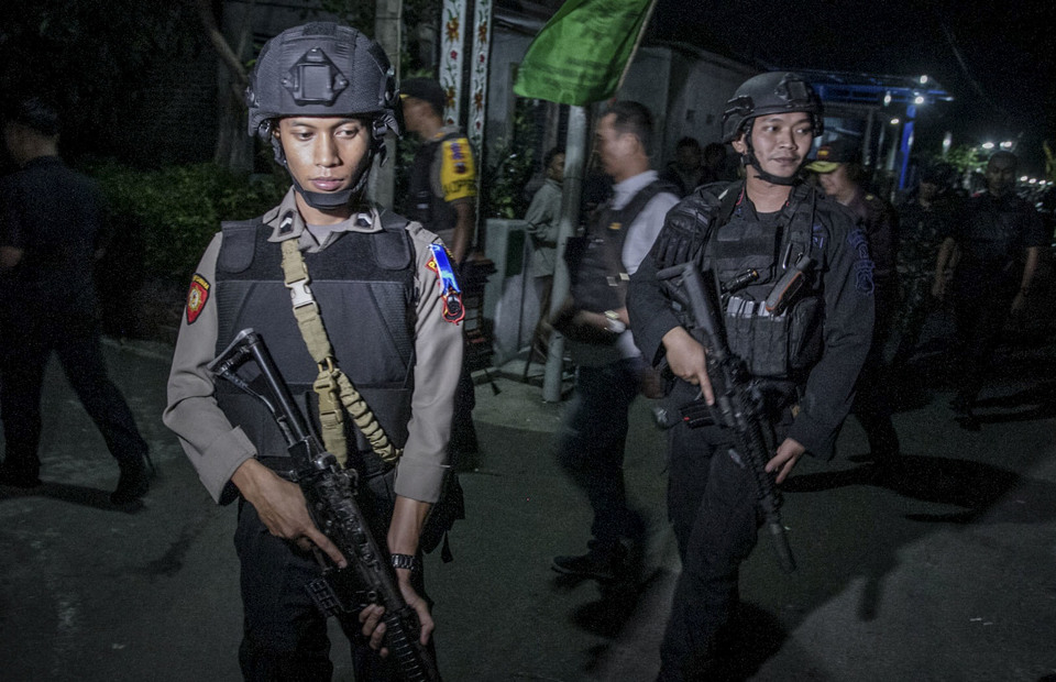 The police immediately inspected the home of the bomber in Kranggan, Solo on Tuesday (04/06) (Antara Photo/Mohammad Ayudha)