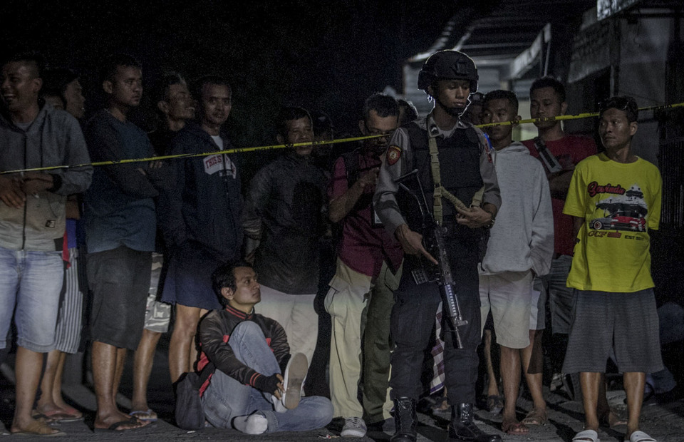 Residents living near the homes of suicide bombers gathered to see police conducting a search of evidence in Kranggan, Solo on Tuesday (04/06)(Antara Photo/Mohammad Ayudha)