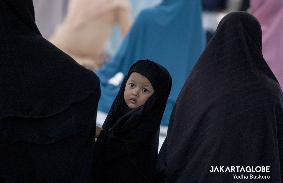 A child listens to the sermon. Muslims in Kebumen start receiving religious education from a young age. (JG Photo/Yudha Baskoro)