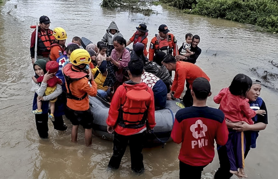 National Search and Rescue Agency (Basarnas) personnel evacuated flash flood victims in isolated areas at Tanggawuna Village, Konawe, Southeast Sulawesi, on Sunday (09/06). (Antara Photo/HumasAR)