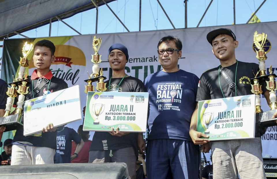Winners of the Pekalongan leg of the Java Balloon Festival pose with their trophies. Balloons are judged based on size, shape, aesthetic beauty, compactness and light duration. (Photo courtesy of the Directorate General of Civil Aviation)