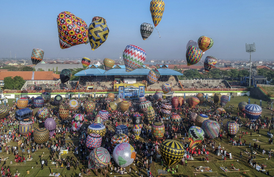 More than 100 people participated in the Java Balloon Festival at Hoegeng Stadium. (Antara Photo/Harviyan Perdana Putra)
