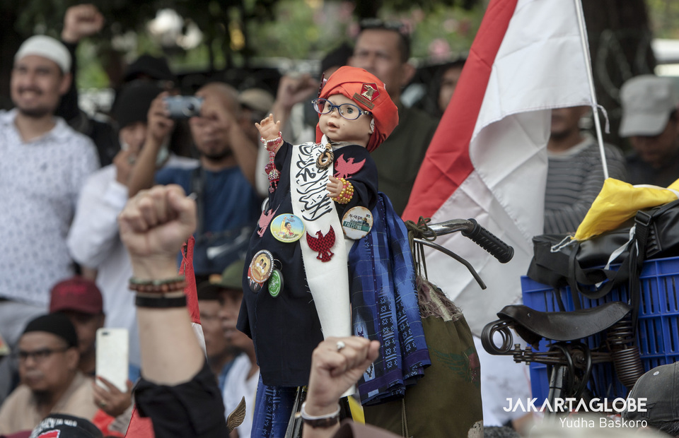 A doll that looks like Susan, a doll icon in the 1990s has seen during a protest in Constitutional Court protest on Friday (14/06) (JG Photo/Yudha Baskoro)