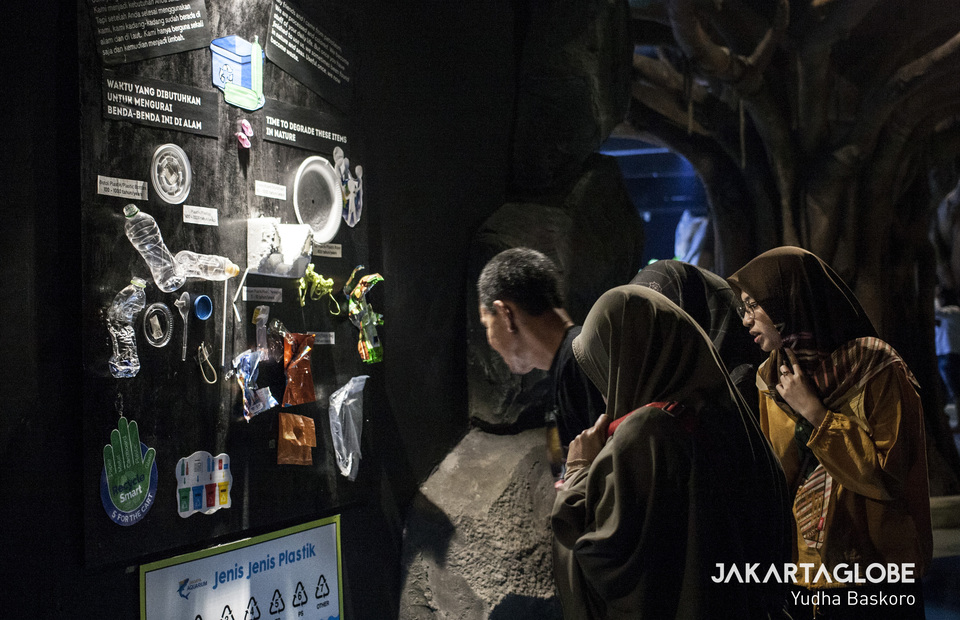 A family learn about plastic pollution in our ocean at the Jakarta aquarium, West Jakarta on Wednesday (19/06) (JG Photo/Yudha Baskoro)