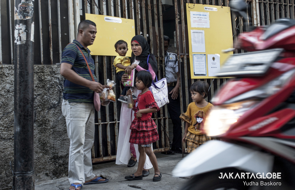 A group of refugees walk outside the back door of United Nations refugee agency, the UNHCR in Jalan Kebon Sirih, Central Jakarta on Tuesday (18/09) (JG Photo/Yudha Baskoro)