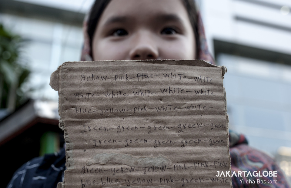Zahra Jamili (10) shows her piece of cupboard full of english word and sentences on Tuesday (18/06) She learns English and Bahasa to get help from local residents. (JG Photo/Yudha Baskoro)
