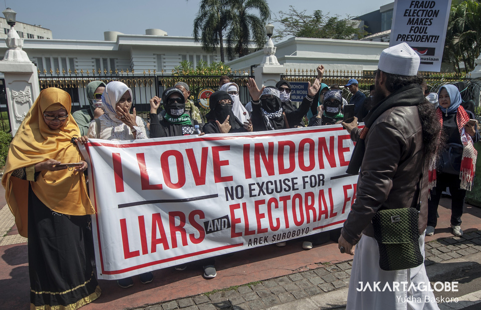 Muslims from Surabaya bring placard that read no excuse for liars and electoral fraud (JG Photo/Yudha Baskoro)