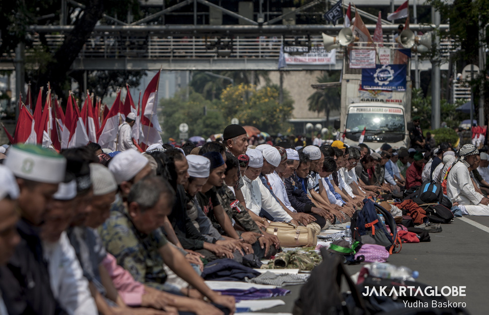 Protesters perform Dzuhur prayer during protest in front of Constitutional Court on Thursday (27/06) (JG Photo/Yudha Baskoro)