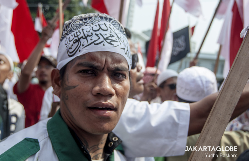 A man with face tattoo march to support Prabowi-Sandiaga Uno during protest in front of Constitutional Court, Central Jakarta on Thursday (27/06) (JG Photo/Yudha Baskoro)