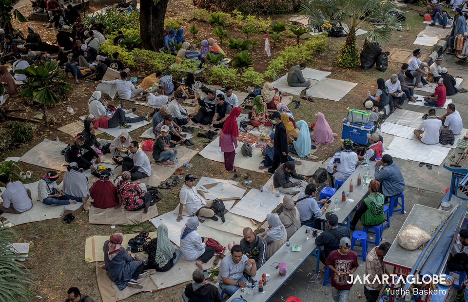 Impromptu vacation : Protesters sit and sleep in green area near Arjuna Wiwaha Horse Statue during protest on Thursday (27/06) (JG Photo/Yudha Baskoro)