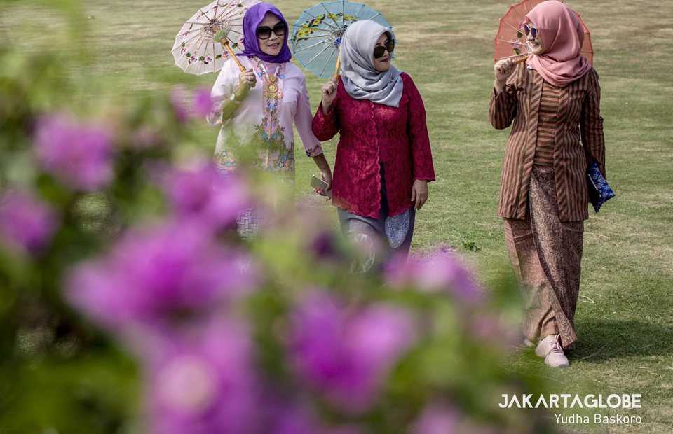 Three women walk as they demonstrate kebaya combine with hijab at National Monument in Central Jakarta on Tuesday (02/07) (JG Photo/Yudha Baskoro)