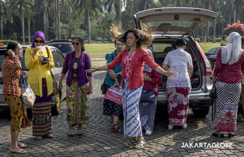 A young traditional dressed women waves her hair as she gathers at the front of the National Monument at 8.30 a.m to join Kebaya Tuesday campaign (JG Photo/Yudha Baskoro)