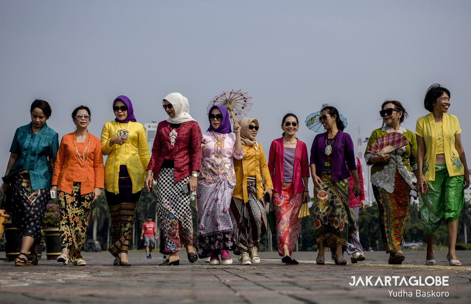 The colorfully dressed women some with hijab walk closer to the tourist in the National Monument area during Kebaya Tuesday campaign (02/07) (JG Photo/Yudha Baskoro)