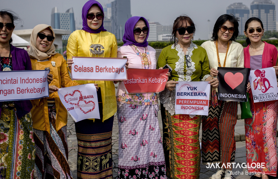They carried posters with slogans in Indonesian and English which mostly persuades people to wear kebaya on every Tuesday (JG Photo/Yudha Baskoro)