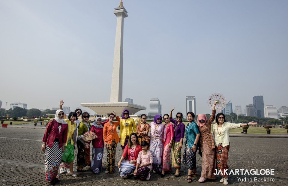 Kebaya Tuesday participants took pictures in front of the National Monument before starting the campaign on Tuesday (02/07) (JG Photo/Yudha Baskoro)