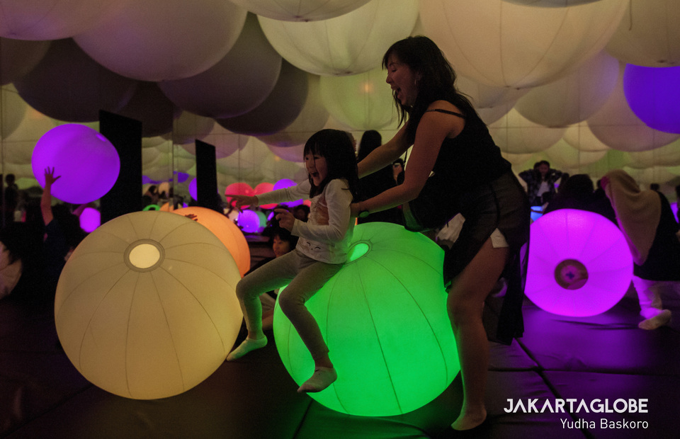 Visitors play in Light Ball Orchestra at TeamLab Future Park in Gandaria City Mall, South Jakarta on Wednesday (03/07) This is an artworks that needs colaboration between parent and children to reach light balls on ceiling (JG Photo/Yudha Baskoro)