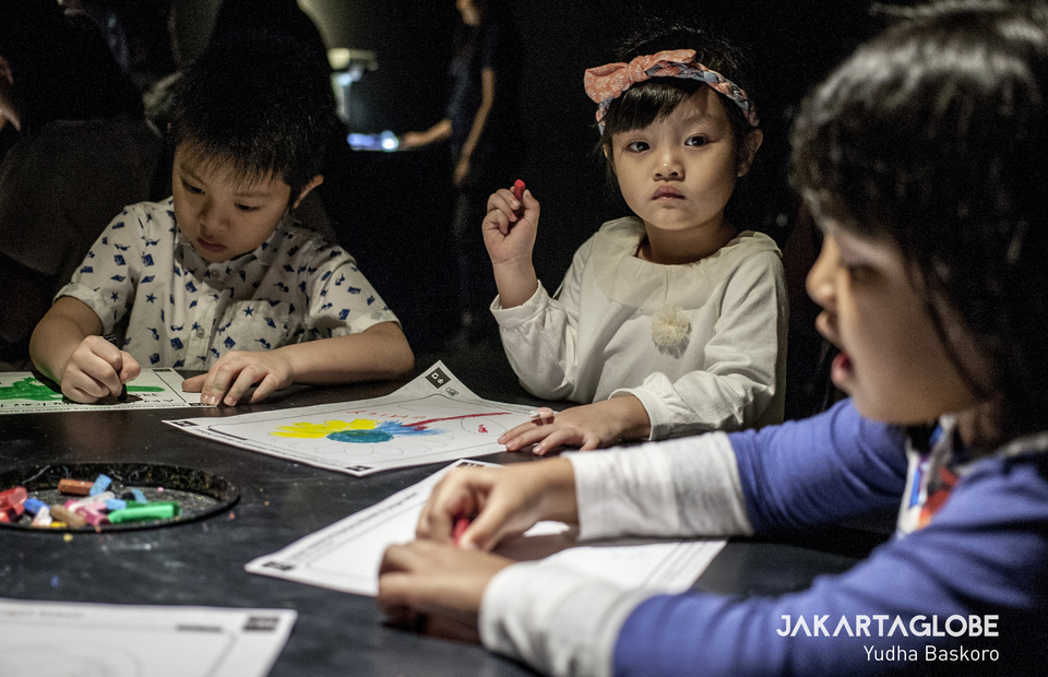Children draw animals and sea creatures on a sensor-based paper as they visit TeamLab Future Park at Gandaria City in South Jakarta on Wednesday (03/07) (JG Photo/Yudha Baskoro)