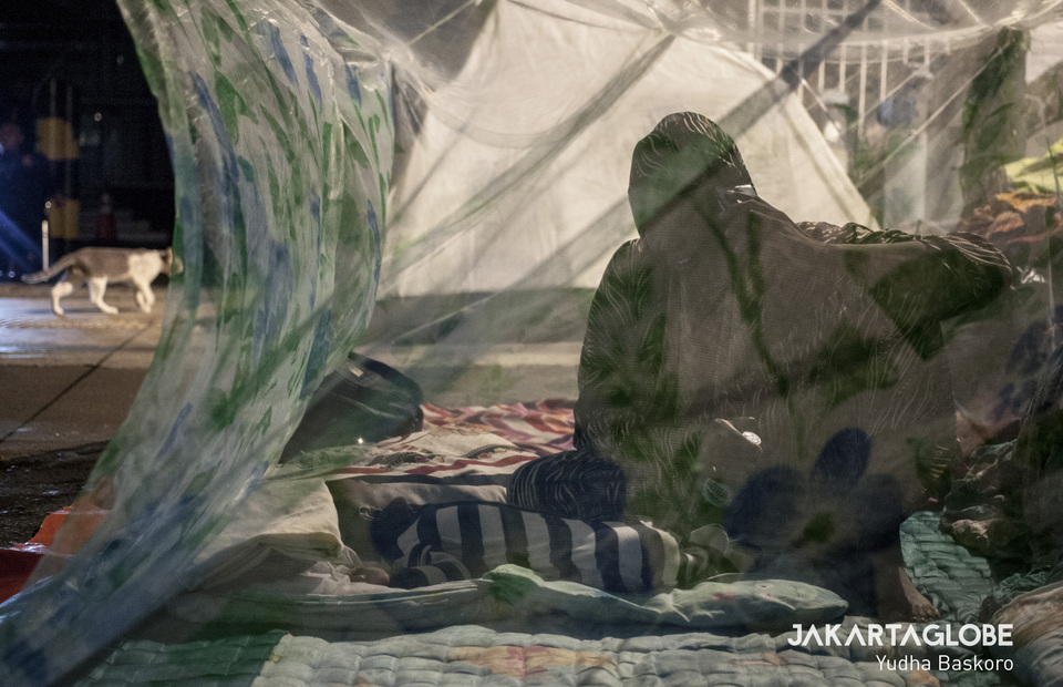 A Sudanese mother with her sleeping baby inside a mosquito net in sidewalk at Jalan Kebon Sirih, Central Jakarta on Monday (08/07) (JG Photo/Yudha Baskoro)