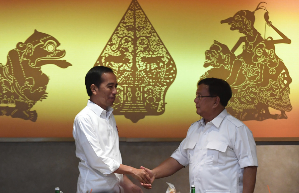 President Joko Widodo shakes hands with losing presidential candidate Prabowo Subianto as they meet for the first time afte the general election at FX Senayan, Jakarta on Saturday (13/07) (Antara Photo/Akbar Nugroho Gumay)
