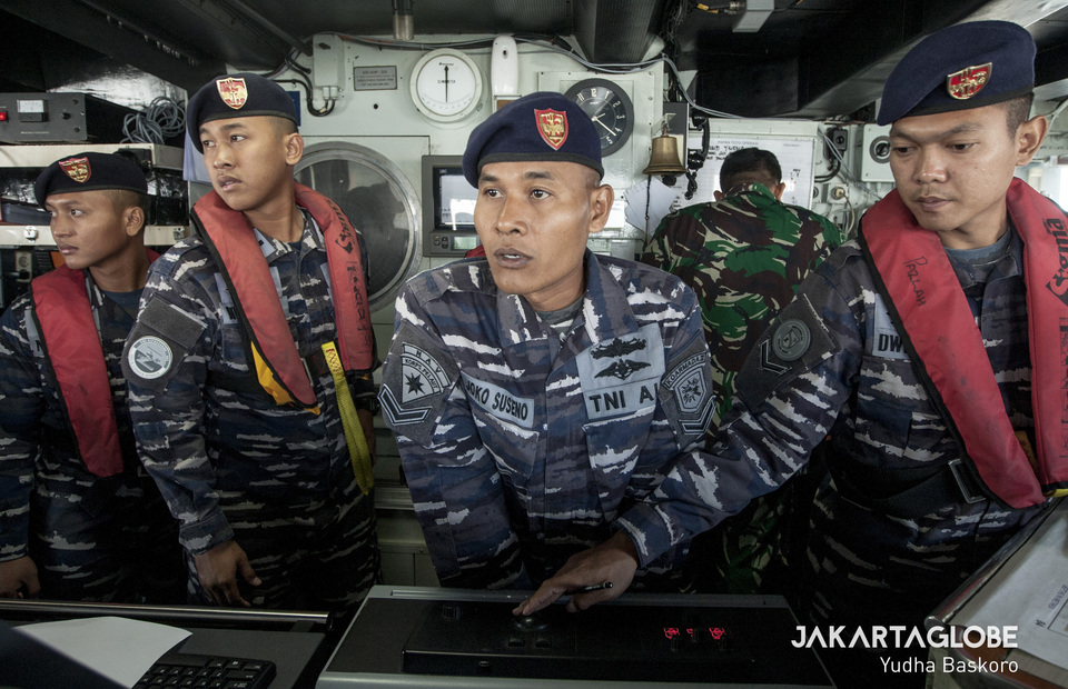 Indonesian Navy personnels ward off submarine attacks during 37th Armada Jaya training at Java Sea on Wednesday (10/07) (JG Photo/Yudha Baskoro)