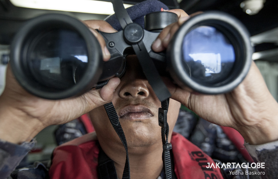 Indonesian Navy personnel operates a binocular on KRI Abdul Halim Perdanakusuma (JG Photo/Yudha Baskoro)