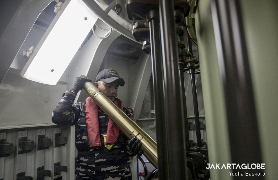 Reload process of 76mm long-range single cannon OTO-Melara (JG Photo/Yudha Baskoro)