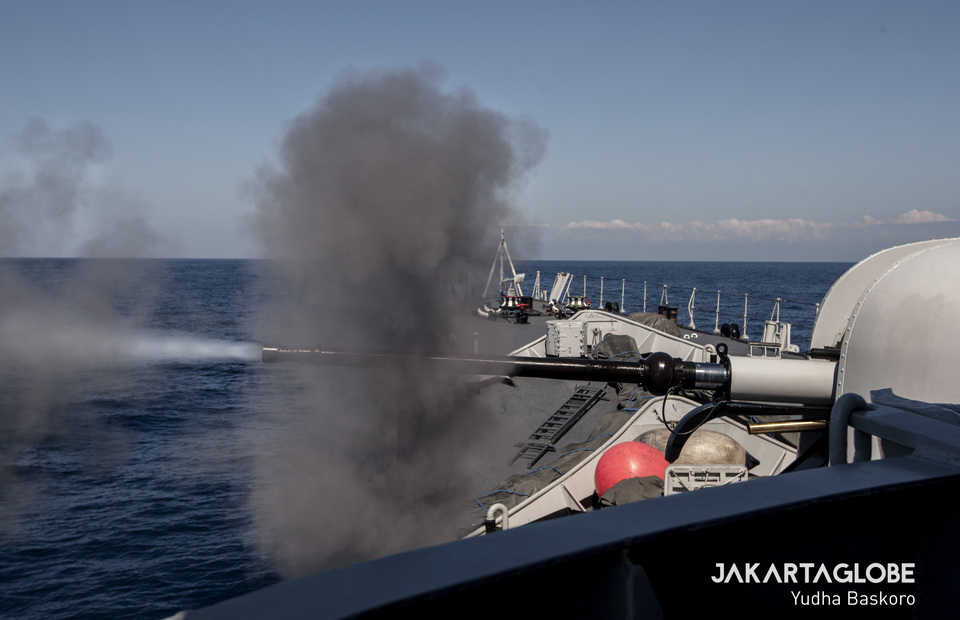 KRI Abdul Halim Perdanakusuma 355 shots 76mm long-range single cannon OTO-Melara during 37th Armada Jaya training near Madura Straits on Thursday (11/07) The cannon has ability to shot on 85 rpm, 16 Km range for surface targets and 12 Km for air targets (JG Photo/Yudha Baskoro)