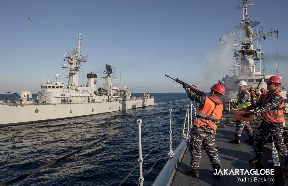 Indonesian Navy personnel fired a rope to send goods between warships (JG Photo/Yudha Baskoro)