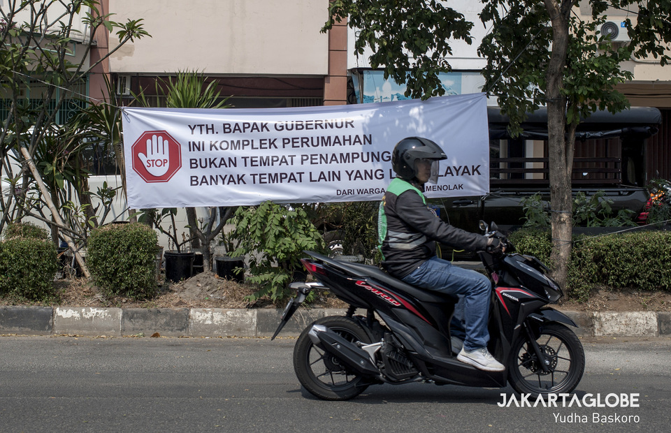 Daan Mogot Baru residents demand the DKI Jakarta Governor Anis Baswedan to immediately relocate 1,155 refugees from the housing complex (JG Photo/Yudha Baskoro)