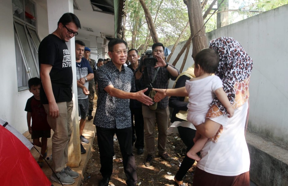 James Riady meets with refugees at a temporary shelter in Kalideres, West Jakarta, on Saturday. (B1 Photo/Heri Gagarin)