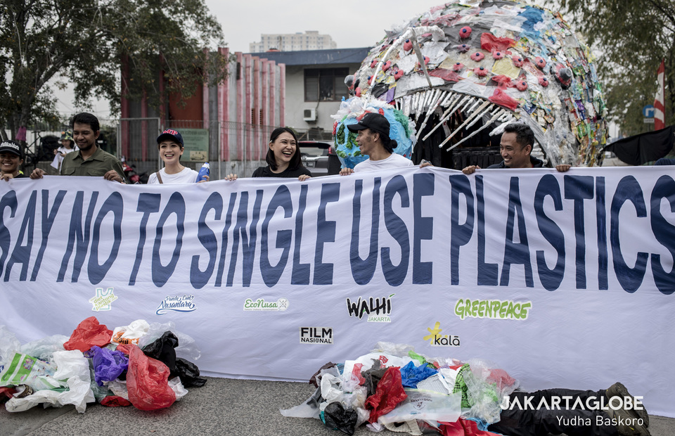 Indonesia rock band vocalist Kaka Slank joins the protest together with environmentalist and activist at Sunda Kelapa Port in North Jakarta on Saturday (20/07) They bring placard that reads Say No To Single Use Plastics (JG Photo/Yudha Baskoro)