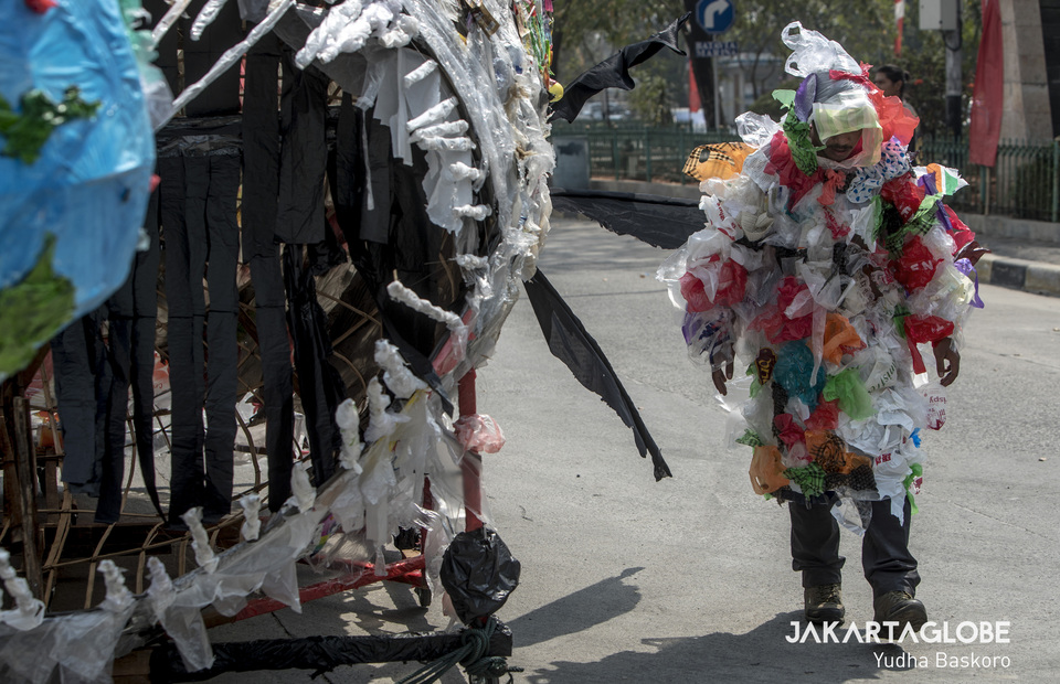 An activist pretends to be a plastics zombie during theatrical action at Sunda Kelapa Port in North Jakarta on Saturday (20/07) (JG Photo/Yudha Baskoro)