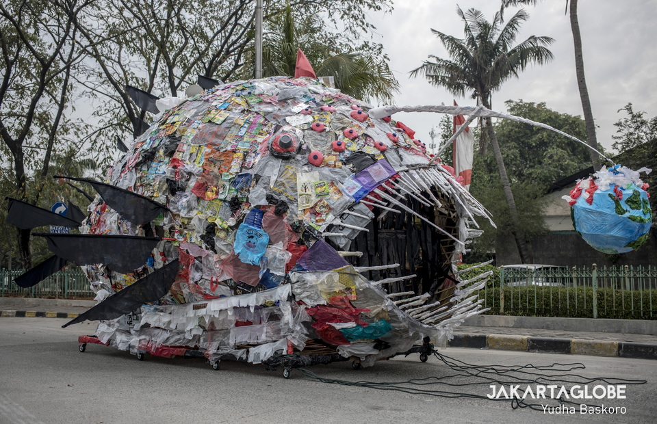 Gruesome like deep sea creatures : every day Jakarta can produce 2,250 plastic monsters and one plastic monster weighing 500 kilograms (JG Photo/Yudha Baskoro)