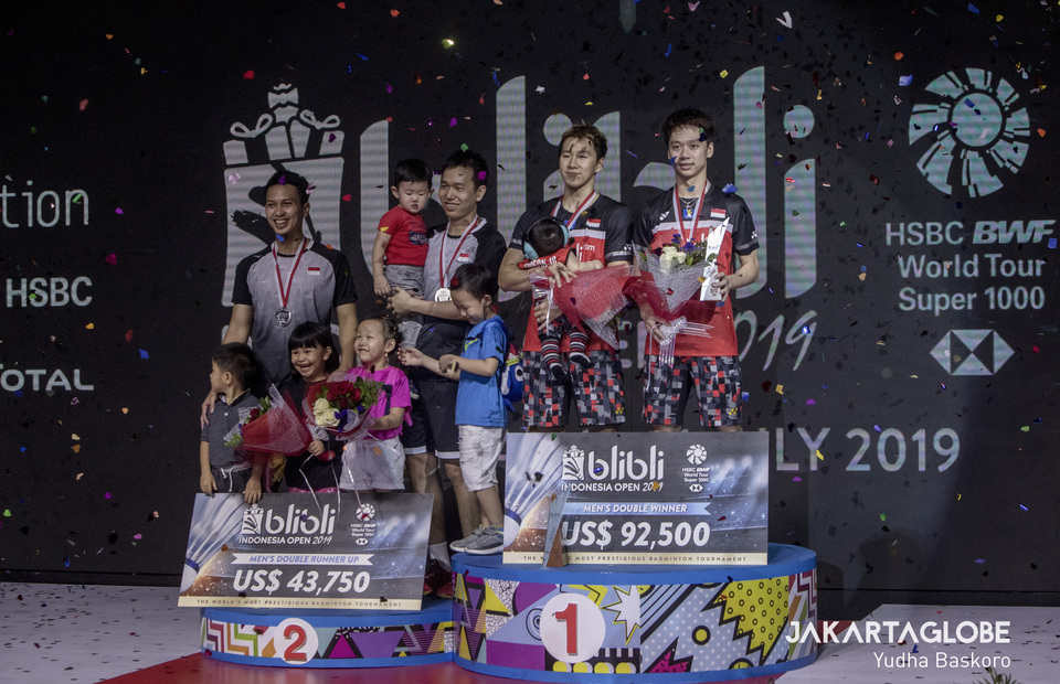 Hendra Setiawan, Mohammad Ahsan and Marcus Fernaldi Gideon bring their children to the podium to celebrate their victory in 2019 Indonesia Open. The internet and local media highlighted Kevin Sanjaya Sukamuljo who went up to the podium alone. (JG Photo / Yudha Baskoro)