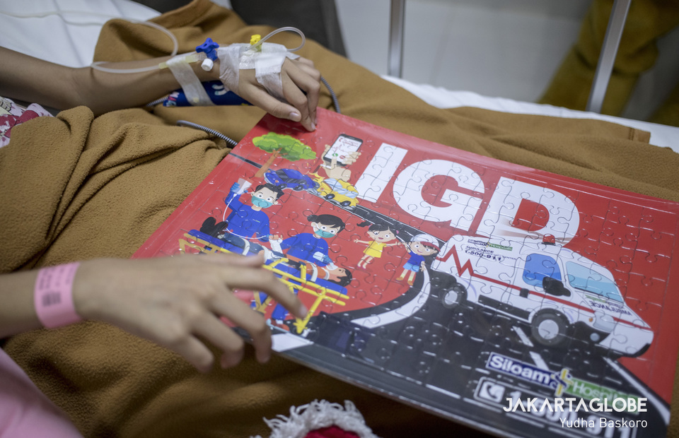 Siloam Hospitals Asri give a puzzle as a present to every in-patient child on Tuesday. (JG Photo/Yudha Baskoro)
