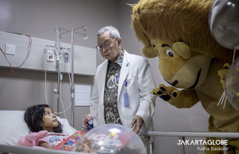 The lion also accompanies the doctor during his patient routine visits. (JG Photo/Yudha Baskoro)